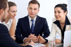 Ομάδα επιχειρηματιών και δικηγόρων που συζητούν τα έγγραφα συμβάσεων Στοκ Φωτογραφίες