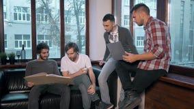 Ομάδα επιχειρηματιών που απασχολούνται και που παίρνουν στις σημειώσεις μαζί σε ένα μικρό γραφείο Συνεδρίαση του Freelancer, άτομ απόθεμα βίντεο