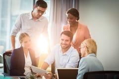 Ομάδα επιχειρηματιών που αλληλεπιδρούν χρησιμοποιώντας την ψηφιακή ταμπλέτα στοκ φωτογραφία