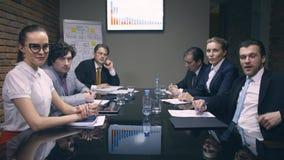 Ομάδα επιχειρηματιών που εξετάζουν τον προϊστάμενο απόθεμα βίντεο