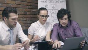 Ομάδα επιχειρηματιών που εργάζονται με το lap-top και τα έγγραφα απόθεμα βίντεο