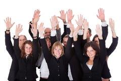 Ομάδα επιχειρηματιών που κυματίζουν στην αναγνώριση Στοκ Φωτογραφίες