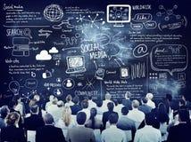 Ομάδα επιχειρηματιών που μαθαίνουν για τα κοινωνικά μέσα στοκ φωτογραφίες