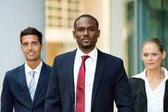 Ομάδα επιχειρηματιών που περπατούν υπαίθρια Στοκ Φωτογραφίες
