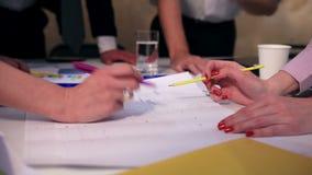 Ομάδα επιχειρηματιών που προγραμματίζουν ένα νέο πρόγραμμα απόθεμα βίντεο