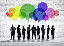 Ομάδα επιχειρηματιών που συζητούν με τις ζωηρόχρωμες λεκτικές φυσαλίδες Στοκ Εικόνα