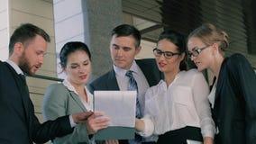 Ομάδα επιχειρηματιών που συζητούν το κοινό πρόγραμμά τους πριν από τη συνεδρίαση φιλμ μικρού μήκους