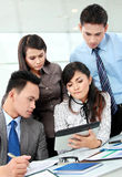 Ομάδα επιχειρηματιών που συναντιούνται με το lap-top Στοκ Εικόνες