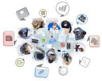 Ομάδα επιχειρηματιών σε μια συνεδρίαση με τα επιχειρησιακά σύμβολα Στοκ Εικόνες