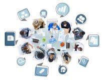 Ομάδα επιχειρηματιών σε μια συνεδρίαση με τα επιχειρησιακά σύμβολα Στοκ φωτογραφία με δικαίωμα ελεύθερης χρήσης