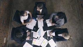 Ομάδα επιχειρηματιών στην αίθουσα συνεδριάσεων απόθεμα βίντεο