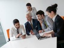 Ομάδα επιχειρηματιών σχετικά με τη συνεδρίαση στο σύγχρονο γραφείο ξεκινήματος Στοκ φωτογραφία με δικαίωμα ελεύθερης χρήσης