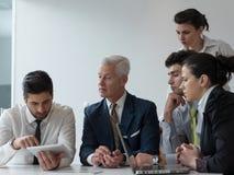 Ομάδα επιχειρηματιών σχετικά με τη συνεδρίαση στο σύγχρονο γραφείο ξεκινήματος Στοκ εικόνα με δικαίωμα ελεύθερης χρήσης