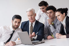 Ομάδα επιχειρηματιών σχετικά με τη συνεδρίαση στο σύγχρονο γραφείο ξεκινήματος Στοκ φωτογραφίες με δικαίωμα ελεύθερης χρήσης