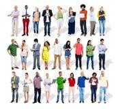 Ομάδα επιχειρηματιών Multiethnic με τις ψηφιακές συσκευές στοκ εικόνα