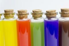 Ομάδα επτά πολύχρωμων καλλυντικών κενών μπουκαλιών στοκ εικόνα
