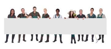 Ομάδα εργαζομένου κηπουρών με την αφίσσα στοκ φωτογραφία με δικαίωμα ελεύθερης χρήσης