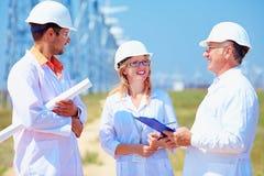 Ομάδα ερευνητών στο σταθμό αιολικής ενέργειας Στοκ Εικόνες