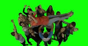 Ομάδα ευτυχών ανθρώπων που κρατούν μια γυναίκα επάνω και που γιορτάζουν απόθεμα βίντεο