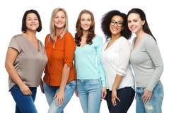 Ομάδα ευτυχών διαφορετικών γυναικών στα περιστασιακά ενδύματα Στοκ Εικόνες
