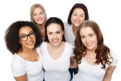 Ομάδα ευτυχών διαφορετικών γυναικών στις άσπρες μπλούζες στοκ φωτογραφία