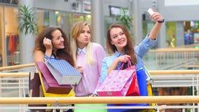 Ομάδα ευτυχών καλύτερων φίλων με τις τσάντες αγορών απόθεμα βίντεο