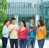 Ομάδα εφήβων με τα smartphones και το PC ταμπλετών Στοκ Εικόνες