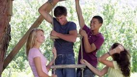 Ομάδα εφήβων που παίζουν στη σκάλα σχοινιών απόθεμα βίντεο