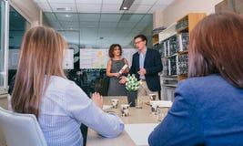 Ομάδα ηγετών που διοργανώνει την επιχειρησιακή συνεδρίαση στην έδρα Στοκ φωτογραφίες με δικαίωμα ελεύθερης χρήσης