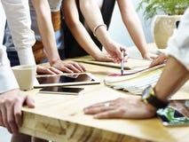 Ομάδα δημιουργικών ανθρώπων που αποφασίζουν σχετικά με το σχέδιο χρώματος Στοκ Εικόνες