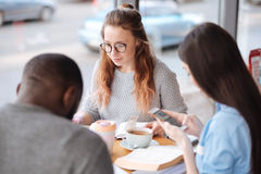Ομάδα θετικών σπουδαστών στην καφετέρια Στοκ Φωτογραφία
