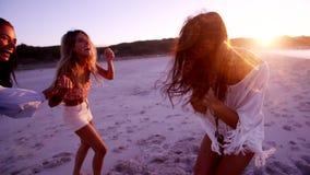 Ομάδα θηλυκών φίλων που έχουν τη διασκέδαση στην παραλία απόθεμα βίντεο
