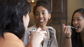 Ομάδα θηλυκών φίλων που συναντιούνται στο εστιατόριο Café απόθεμα βίντεο