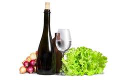 Ομάδα διάφορων λαχανικών, πρασινάδας με το γυαλί νερού και μπουκαλιού Στοκ Φωτογραφίες