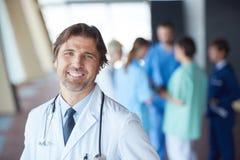 Ομάδα ιατρικού προσωπικού στο νοσοκομείο, όμορφος γιατρός μπροστά από Στοκ Εικόνες