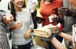 Ομάδα διαφορετικών ανθρώπων που εξετάζουν το τυρί στο στάβλο τροφίμων Στοκ φωτογραφία με δικαίωμα ελεύθερης χρήσης