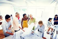 Ομάδα διαφορετικών ανθρώπων που εργάζονται στο γραφείο στοκ εικόνα
