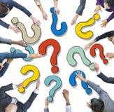 Ομάδα διαφορετικών επιχειρηματιών με τα ερωτηματικά Στοκ φωτογραφία με δικαίωμα ελεύθερης χρήσης
