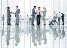 Ομάδα διαφορετικών επιχειρηματιών που συζητούν από κοινού στοκ εικόνες