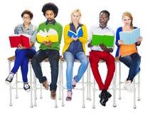 Ομάδα διαφορετικών ζωηρόχρωμων ανθρώπων που διαβάζουν τα βιβλία Στοκ φωτογραφία με δικαίωμα ελεύθερης χρήσης