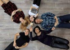 Ομάδα διαφορετικών φίλων, ενηλίκων και παιδιού, παιχνίδι τούβλων παιχνιδιού στο πάτωμα Στοκ εικόνες με δικαίωμα ελεύθερης χρήσης