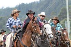Ομάδα κάουμποϋ που οδηγούν τα άλογά τους στον Ισημερινό Στοκ εικόνα με δικαίωμα ελεύθερης χρήσης