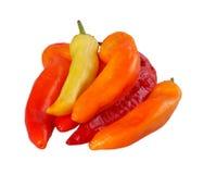 Ομάδα κίτρινων, πορτοκαλιών και κόκκινων πιπεριών που απομονώνονται ενάντια στο λευκό Στοκ εικόνα με δικαίωμα ελεύθερης χρήσης
