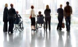 Ομάδα και με ειδικές ανάγκες άτομα στο εμπορικό κέντρο λόμπι Στοκ εικόνα με δικαίωμα ελεύθερης χρήσης