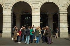 Ομάδα και οδηγός τουριστών στοκ εικόνα με δικαίωμα ελεύθερης χρήσης