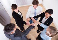 Ομάδα καρπού εκμετάλλευσης Businesspeople Στοκ εικόνα με δικαίωμα ελεύθερης χρήσης