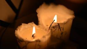 Ομάδα καψίματος δύο κεριών κεριών απόθεμα βίντεο