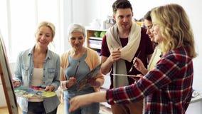 Ομάδα καλλιτεχνών που συζητούν τη ζωγραφική στο σχολείο τέχνης απόθεμα βίντεο