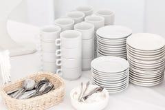 Ομάδα κενών φλυτζανιών καφέ Άσπρο φλυτζάνι για το τσάι υπηρεσιών ή καφές στο πρόγευμα ή τον μπουφέ και το γεγονός σεμιναρίου Στοκ εικόνα με δικαίωμα ελεύθερης χρήσης