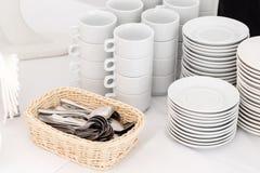Ομάδα κενών φλυτζανιών καφέ Άσπρο φλυτζάνι για το τσάι υπηρεσιών ή καφές στο πρόγευμα ή τον μπουφέ και το γεγονός σεμιναρίου Στοκ Φωτογραφίες